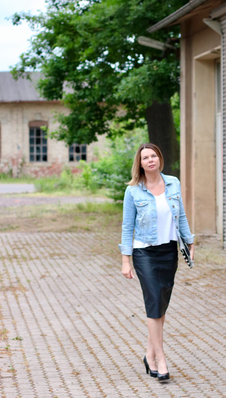 Frau im schwarzen Lederrock
