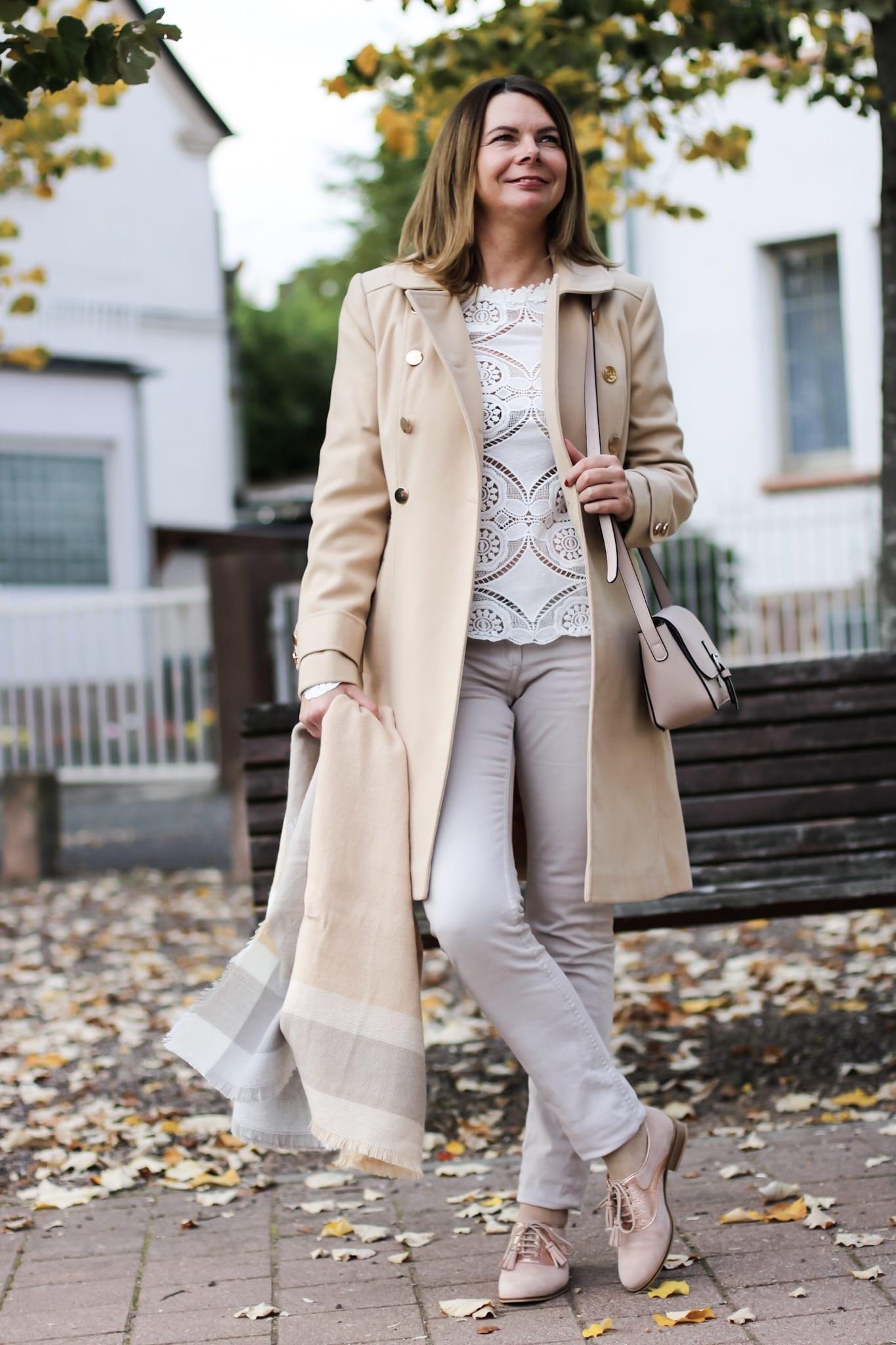 Ein klassisch geschnittener Wollmantel steht jeder Frau in jedem Alter.