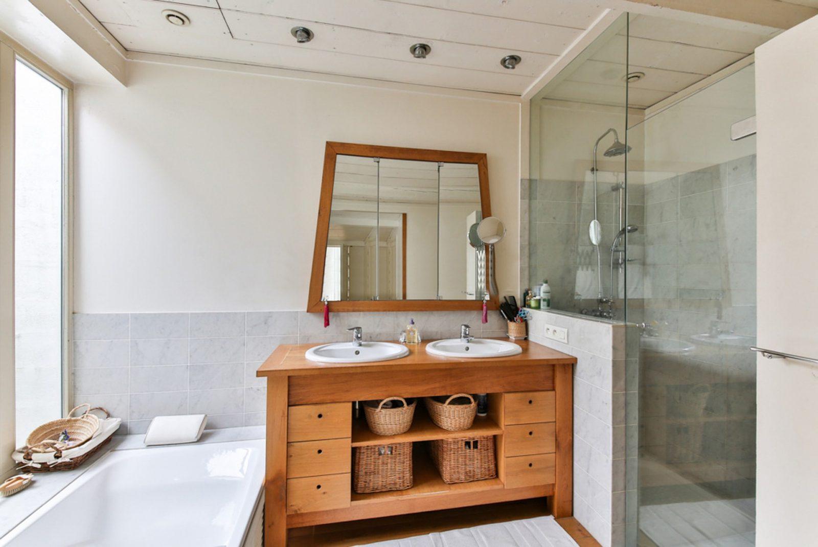 Badezimmer mit nachhaltigen Holzmöbel